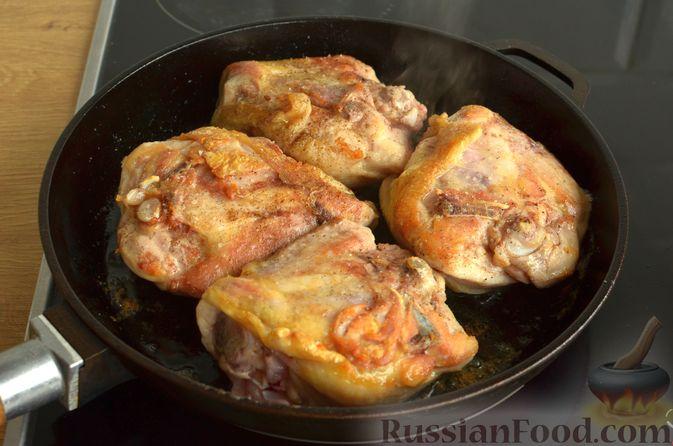 Фото приготовления рецепта: Салат с крабовыми палочками, ананасами, маслинами и кукурузой - шаг №4