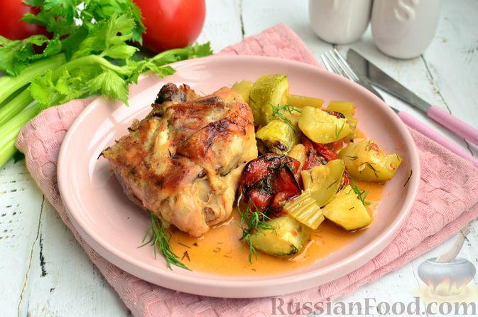 Фото к рецепту: Курица, запечённая с помидорами, кабачками и сельдереем