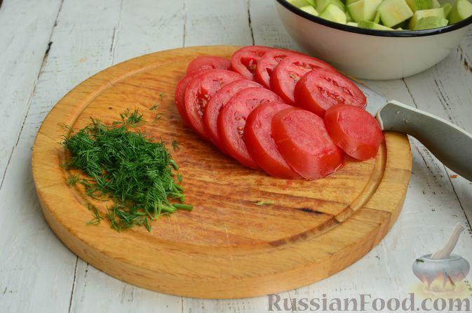 Фото приготовления рецепта: Курица, запечённая с помидорами, кабачками и сельдереем - шаг №6