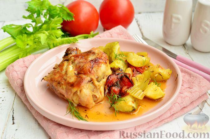 Фото приготовления рецепта: Курица, запечённая с помидорами, кабачками и сельдереем - шаг №13