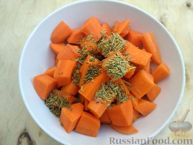 Фото приготовления рецепта: Морковь, запечённая с пряностями и грецкими орехами, с брынзой - шаг №5