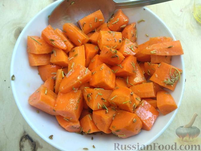 Фото приготовления рецепта: Морковь, запечённая с пряностями и грецкими орехами, с брынзой - шаг №6