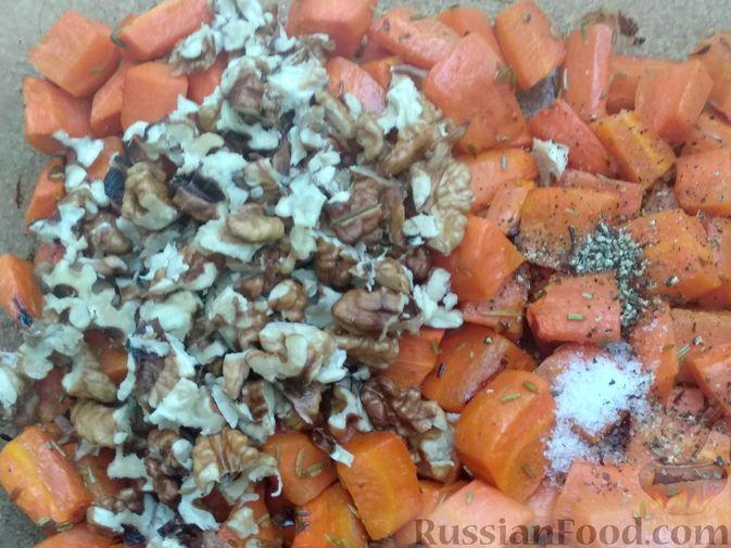 Фото приготовления рецепта: Морковь, запечённая с пряностями и грецкими орехами, с брынзой - шаг №11