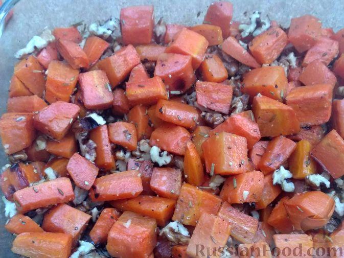 Фото приготовления рецепта: Морковь, запечённая с пряностями и грецкими орехами, с брынзой - шаг №12