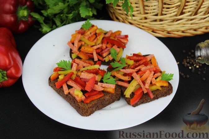 Фото приготовления рецепта: Бутерброды с болгарским перцем и копчёной колбасой - шаг №10