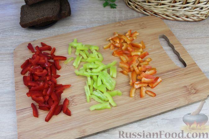 Фото приготовления рецепта: Бутерброды с болгарским перцем и копчёной колбасой - шаг №3