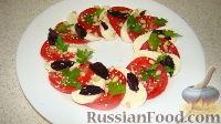 "Фото к рецепту: Салат ""Капрезе"" с кедровыми орешками и кунжутом"