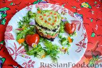 Фото к рецепту: Салат из форели, с чёрным рисом, перепелиными яйцами и огурцом