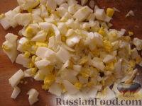 Фото приготовления рецепта: Салат «Радость» с огурцами и сыром - шаг №3