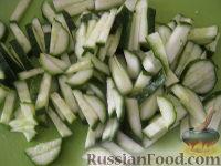 Фото приготовления рецепта: Салат «Радость» с огурцами и сыром - шаг №5