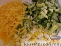 Фото приготовления рецепта: Салат «Радость» с огурцами и сыром - шаг №8