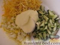 Фото приготовления рецепта: Салат «Радость» с огурцами и сыром - шаг №9