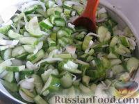 Фото приготовления рецепта: Салат «Нежинский» из огурцов на зиму - шаг №6