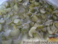 Фото приготовления рецепта: Салат «Нежинский» из огурцов на зиму - шаг №7