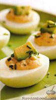 Фото к рецепту: Фаршированные яйца с авокадо