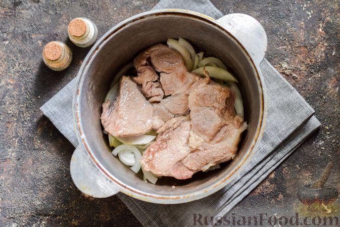 Фото приготовления рецепта: Куриная печень, запечённая с луком и сыром - шаг №3