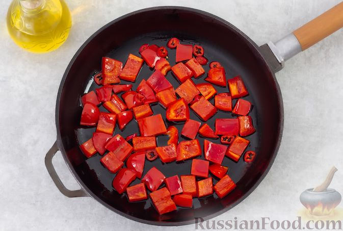 Фото приготовления рецепта: Говяжья печень, тушенная с перцем в соевом соусе - шаг №3