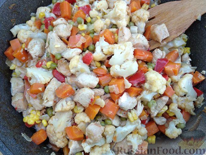 Фото приготовления рецепта: Щи из квашеной капусты с беконом, грибами и томатной пастой - шаг №9
