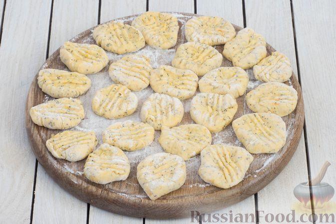 Фото приготовления рецепта: Ленивые вареники с тыквой и маком - шаг №9