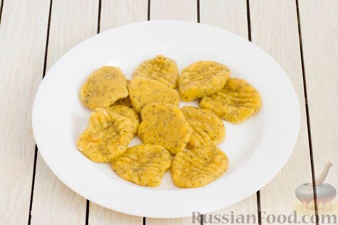 Фото приготовления рецепта: Ленивые вареники с тыквой и маком - шаг №11
