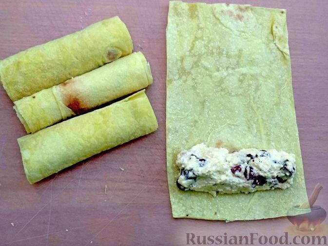 Фото приготовления рецепта: Рулетики из лаваша с творогом, клюквой и шоколадом (на сковороде) - шаг №8
