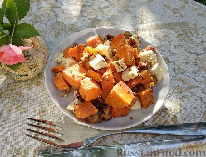 Фото к рецепту: Морковь, запечённая с пряностями и грецкими орехами, с брынзой