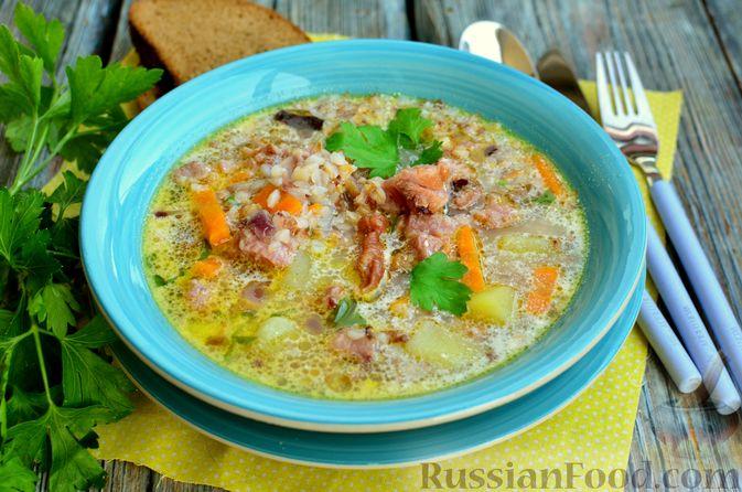 Фото к рецепту: Гречневый суп с копчеными ребрышками и сметаной