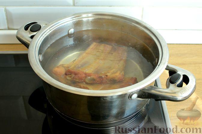 Фото приготовления рецепта: Гречневый суп с копчеными ребрышками и сметаной - шаг №2