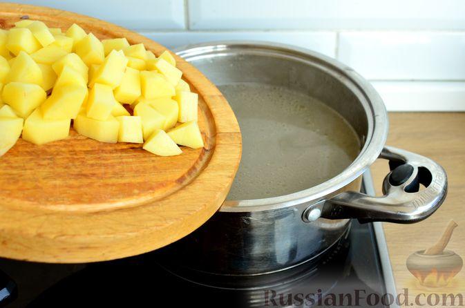 Фото приготовления рецепта: Гречневый суп с копчеными ребрышками и сметаной - шаг №6