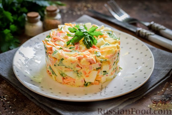 Фото к рецепту: Салат с крабовыми палочками, плавленым сыром и морковью
