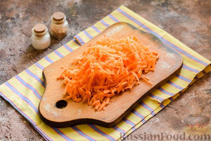 Фото приготовления рецепта: Салат с крабовыми палочками, плавленым сыром и морковью - шаг №4