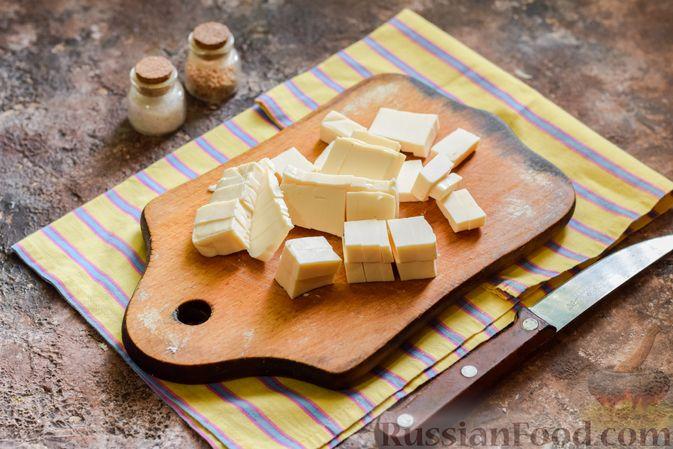 Фото приготовления рецепта: Салат с крабовыми палочками, плавленым сыром и морковью - шаг №6