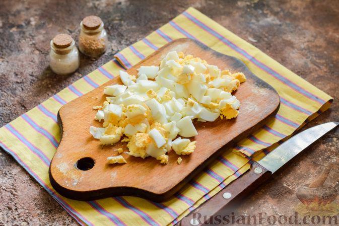 Фото приготовления рецепта: Салат с крабовыми палочками, плавленым сыром и морковью - шаг №3