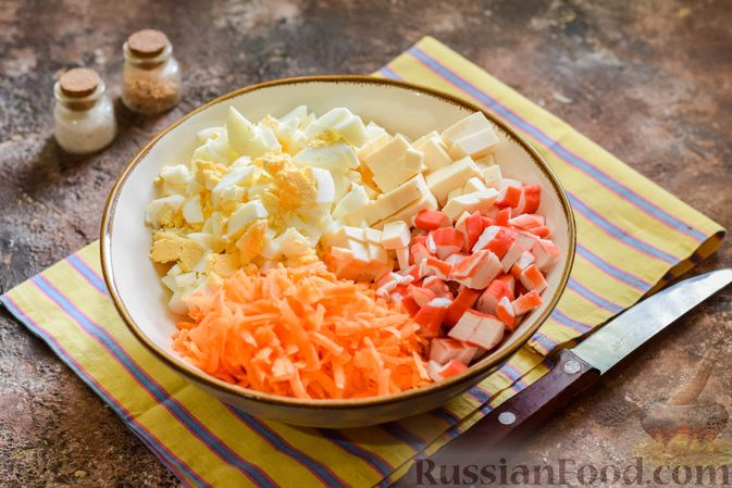 Фото приготовления рецепта: Салат с крабовыми палочками, плавленым сыром и морковью - шаг №7