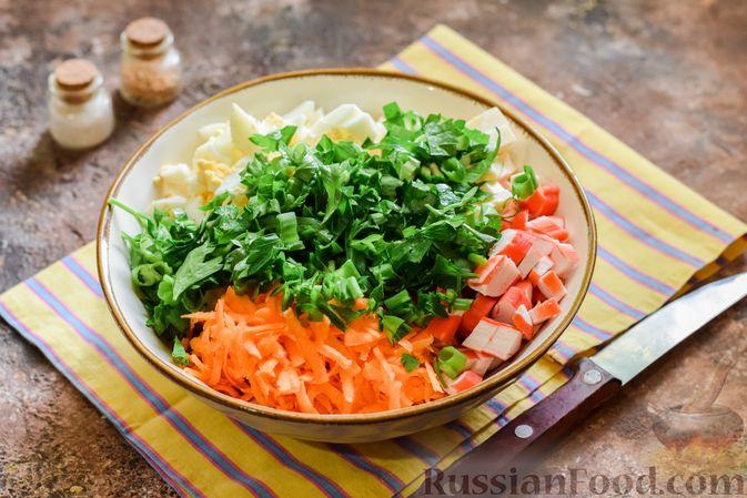 Фото приготовления рецепта: Салат с крабовыми палочками, плавленым сыром и морковью - шаг №8