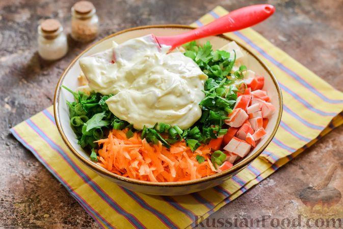 Фото приготовления рецепта: Салат с крабовыми палочками, плавленым сыром и морковью - шаг №11