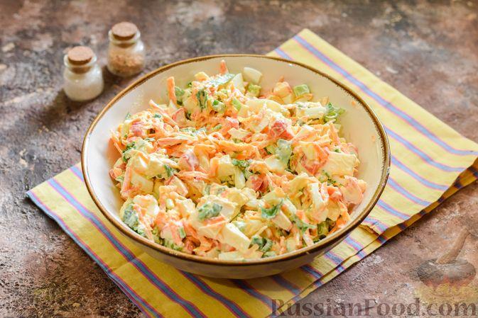 Фото приготовления рецепта: Салат с крабовыми палочками, плавленым сыром и морковью - шаг №12
