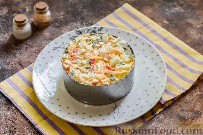 Фото приготовления рецепта: Салат с крабовыми палочками, плавленым сыром и морковью - шаг №13