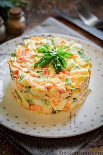 Фото приготовления рецепта: Салат с крабовыми палочками, плавленым сыром и морковью - шаг №14