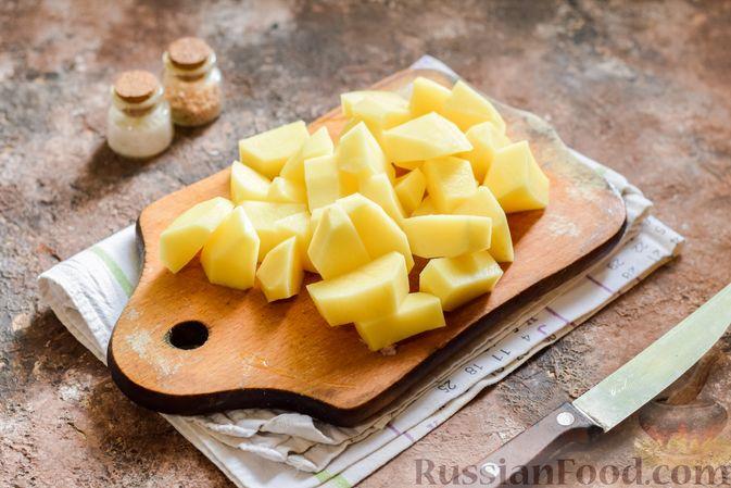 Фото приготовления рецепта: Мясное рагу с грибами, баклажанами, картофелем и сладким перцем - шаг №8