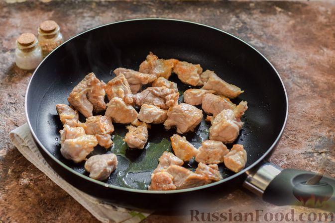 Фото приготовления рецепта: Мясное рагу с грибами, баклажанами, картофелем и сладким перцем - шаг №4