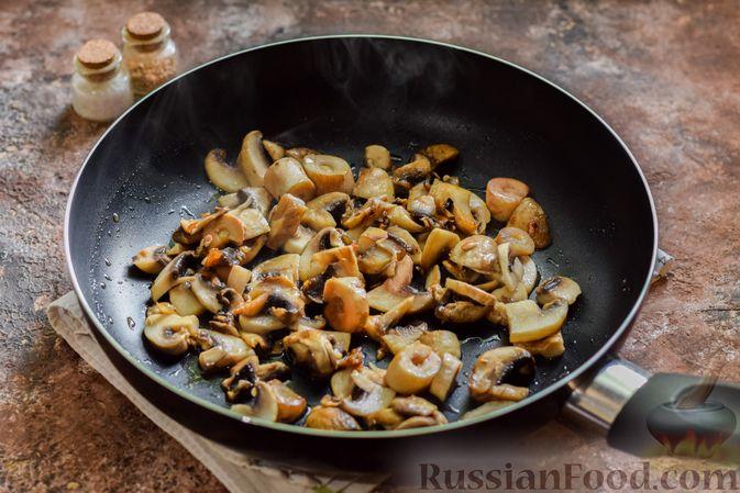 Фото приготовления рецепта: Мясное рагу с грибами, баклажанами, картофелем и сладким перцем - шаг №6