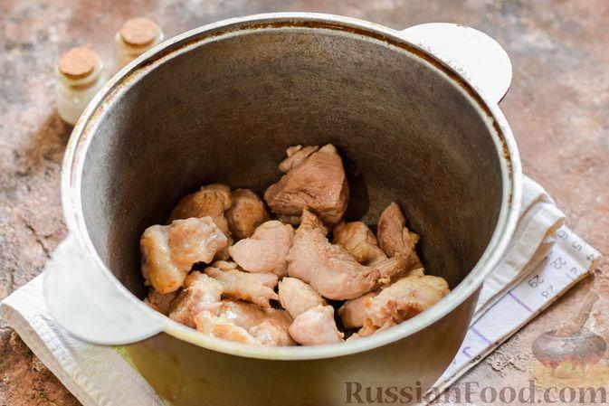 Фото приготовления рецепта: Мясное рагу с грибами, баклажанами, картофелем и сладким перцем - шаг №14