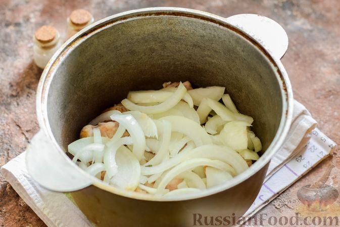 Фото приготовления рецепта: Мясное рагу с грибами, баклажанами, картофелем и сладким перцем - шаг №15
