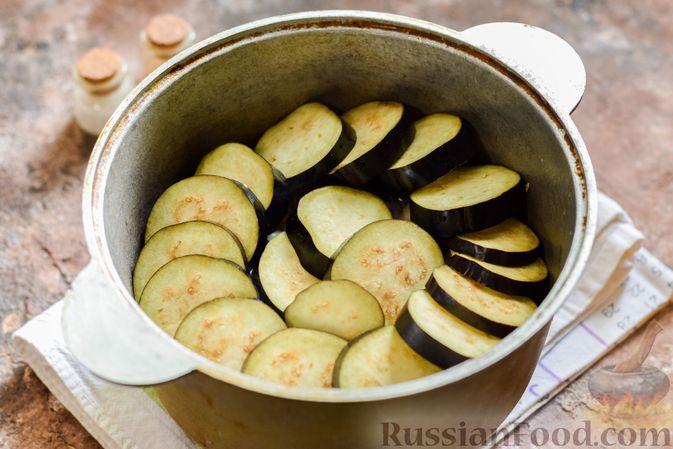 Фото приготовления рецепта: Мясное рагу с грибами, баклажанами, картофелем и сладким перцем - шаг №17