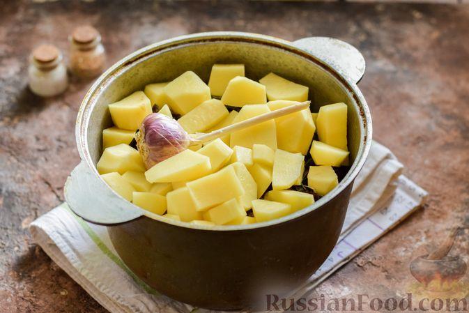 Фото приготовления рецепта: Мясное рагу с грибами, баклажанами, картофелем и сладким перцем - шаг №19