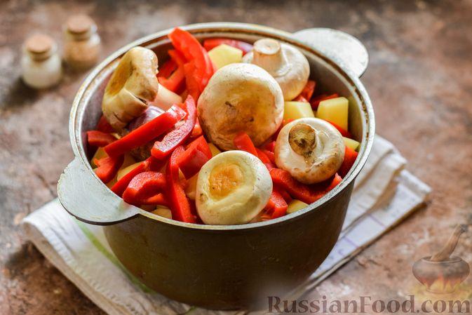 Фото приготовления рецепта: Мясное рагу с грибами, баклажанами, картофелем и сладким перцем - шаг №20