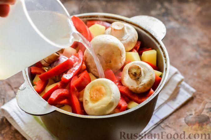 Фото приготовления рецепта: Мясное рагу с грибами, баклажанами, картофелем и сладким перцем - шаг №21