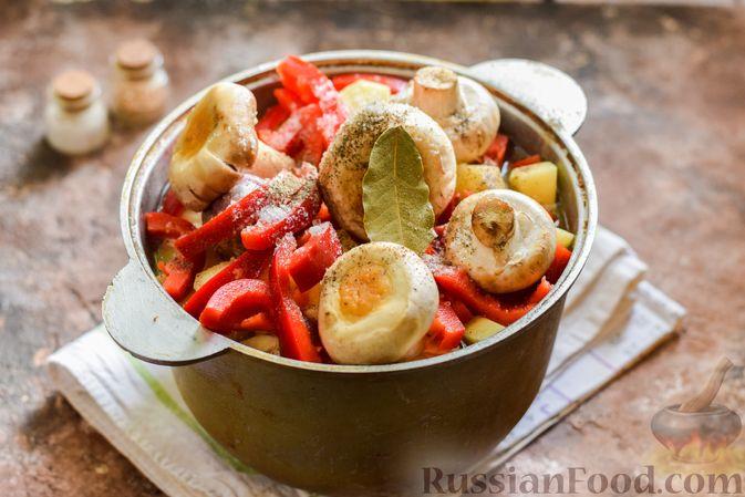 Фото приготовления рецепта: Мясное рагу с грибами, баклажанами, картофелем и сладким перцем - шаг №22