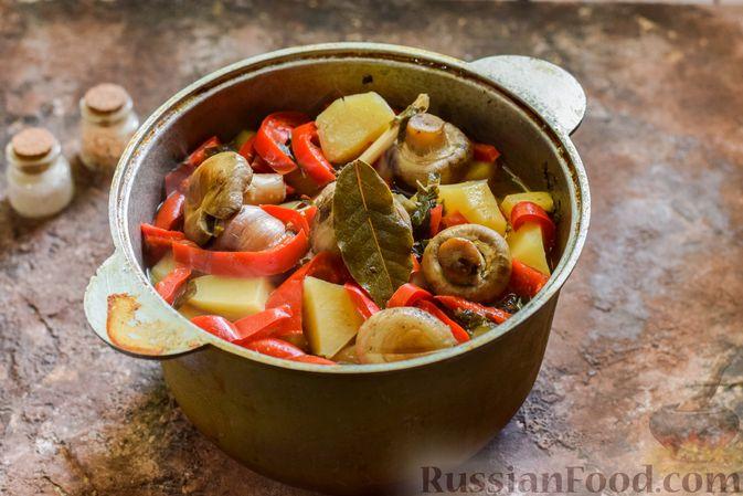 Фото приготовления рецепта: Мясное рагу с грибами, баклажанами, картофелем и сладким перцем - шаг №23